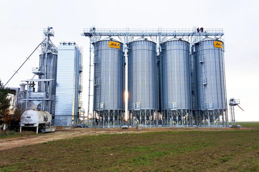 Zdjęcie przedstawia końcowy etap montażu silosów zbożowych